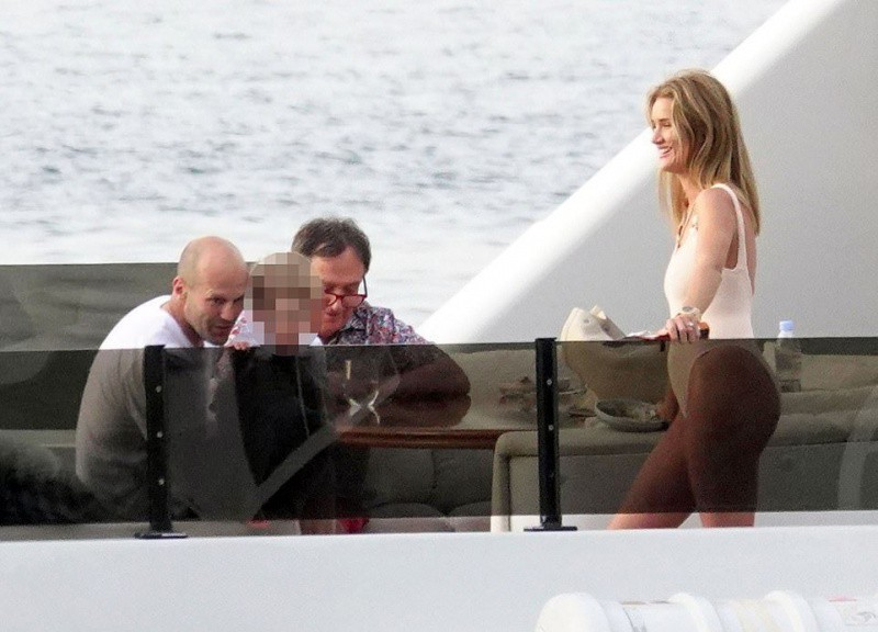 Ми-ми-мишный Джейсон Стэтхэм: как выглядит актер рядом с женой и сыном, когда думает, что его никто не видит
