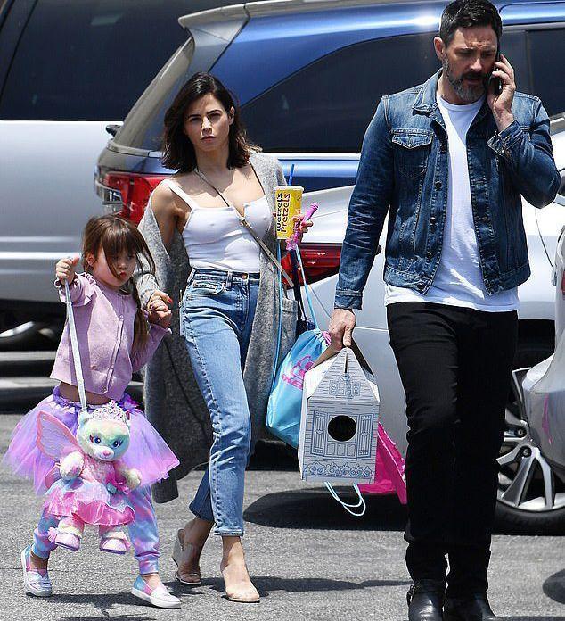 Пока Ченнинг Татум занят на съемках, его экс-жена приучает дочь к новому бойфренду, гуляя с ним и даря ей подарки