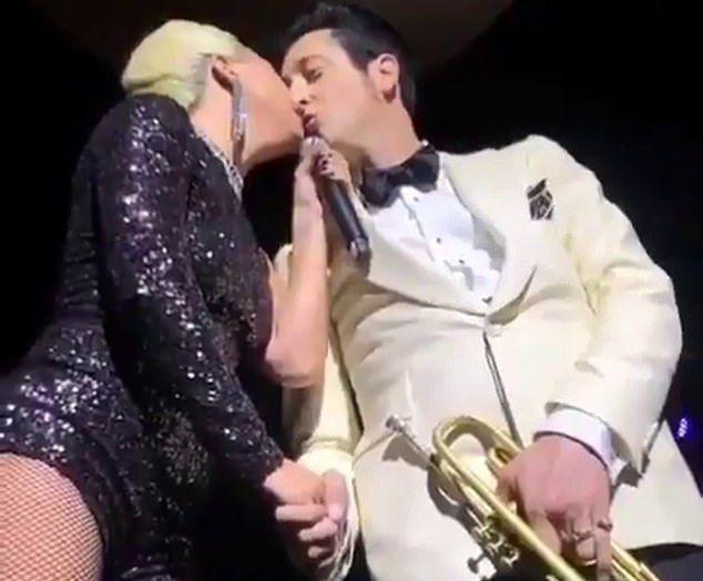 Пока Шейк разбирается с Купером, Леди Гага провоцирует еще одного женатого мужчину поцелуем