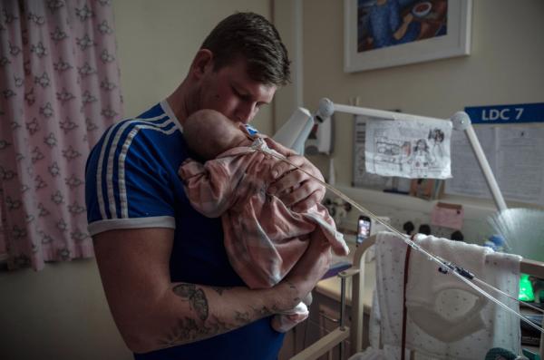Трогательные фото первой встречи отцов с их новорожденными детьми
