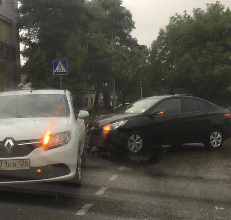 На улице Октябрьской в Кисловодске столкнулись два автомобиля
