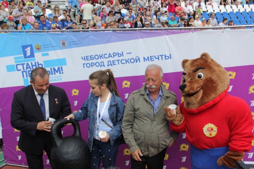 Леонид Якубович и Юлия Барановская раздали детям сотни эскимо