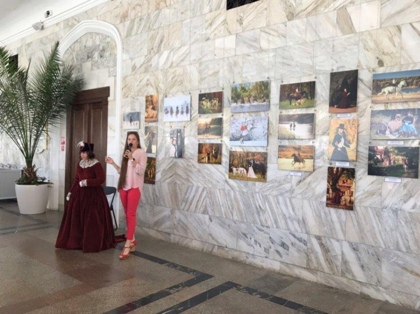 В Нарзанной галерее Кисловодска стартовала фотовыставка «Время Лермонтова. Элегантная эпоха»