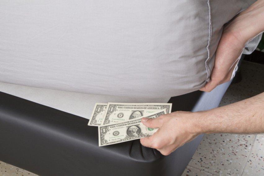 Где не стоит хранить деньги: в каких местах квартиры они впитают неправильную энергию