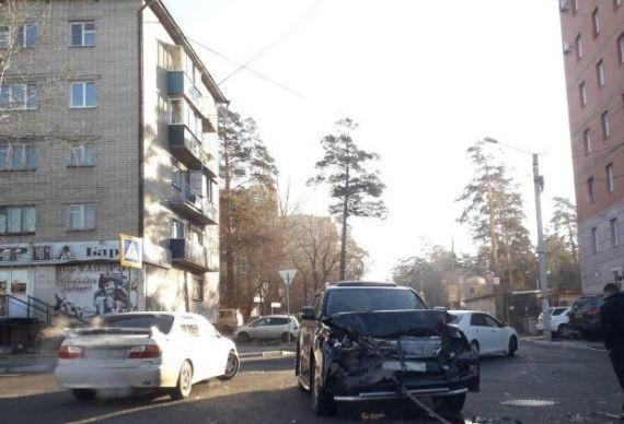 В центре Читы Lexus протаранил катафалк