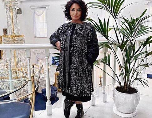 Надежда Бабкина в алом пальто довела Instagram-подписчиков до исступления