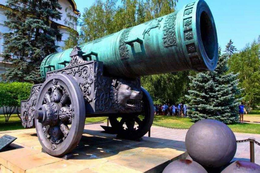 Царь-пушка в Кремле - это бомбарда, и стреляла она один раз