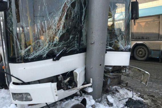 В Саратове рейсовый автобус врезался в столб