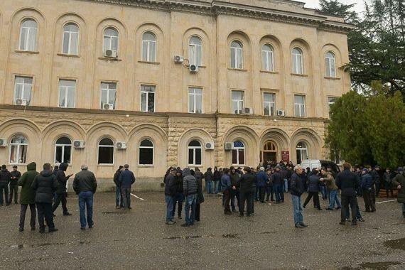 Оппозиция продолжает удерживать президентское здание в Абхазии