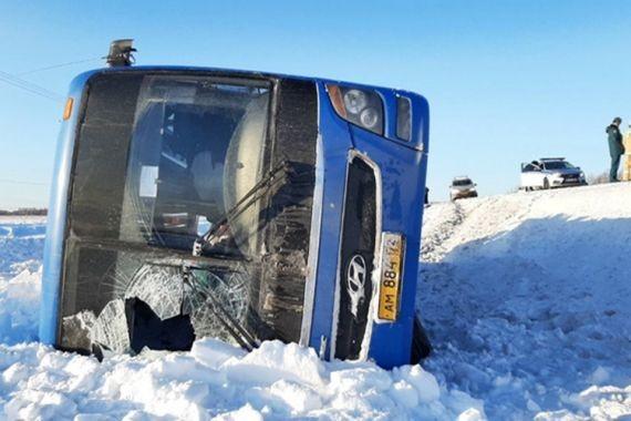 В Тюменской области автокран снес с дороги рейсовый автобус