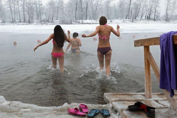 Медики рассказали, как купаться на Крещение без вреда для здоровья