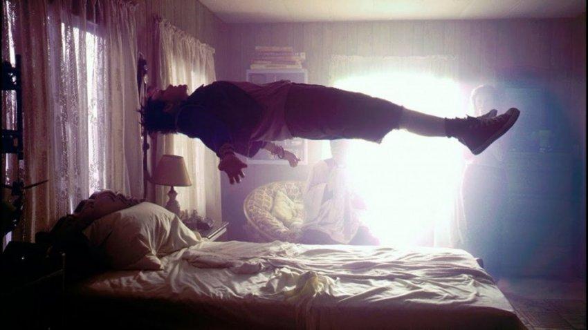 Управление сонным параличем и переоценка его враждебности