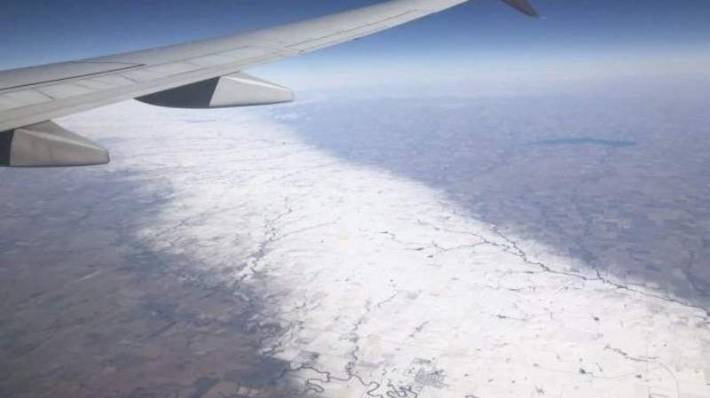 Погодная аномалия в США: в Канзасе образовалась гигантская полоса из снега