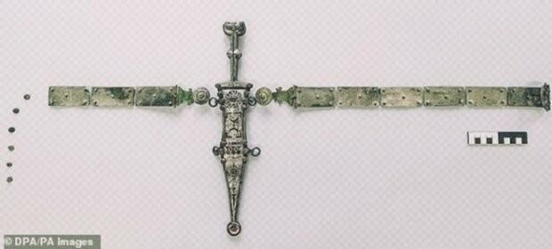 Археолог нашел римский кинжал, которому около двух тысяч лет