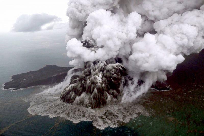 Извержение вулкана Анак-Каракатау началось в Индонезии 10 апреля 2020 года: возможна эвакуация населения