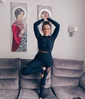Анфиса Чехова показала свои EMS-тренировки во время самоизоляции