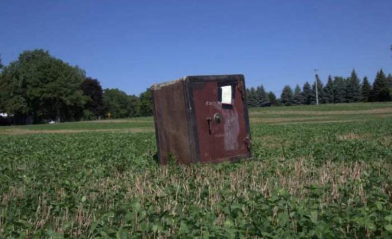 Фермер нашел посреди поля старинный сейф с неизвестным содержимым