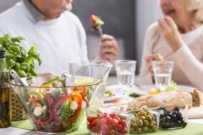 Зарубежный диетолог рассказала, какие изменения в питании необходимы после 70 лет