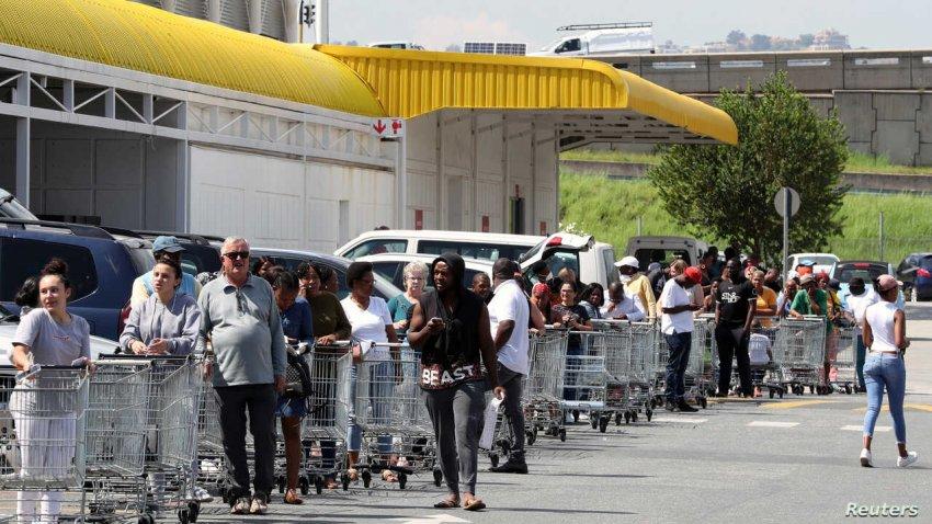 Жители США скупают продукты и предметы первой необходимости: половина американцев готовится к месяцам хаоса