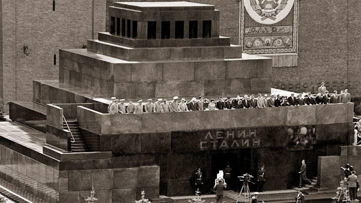 История помещения тела Иосифа Сталина в мавзолей с Лениным