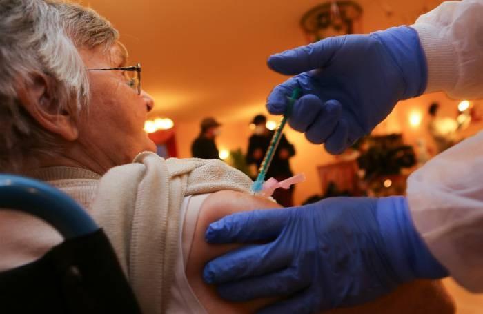 Чем опасна вакцина от коронавируса после 60 лет