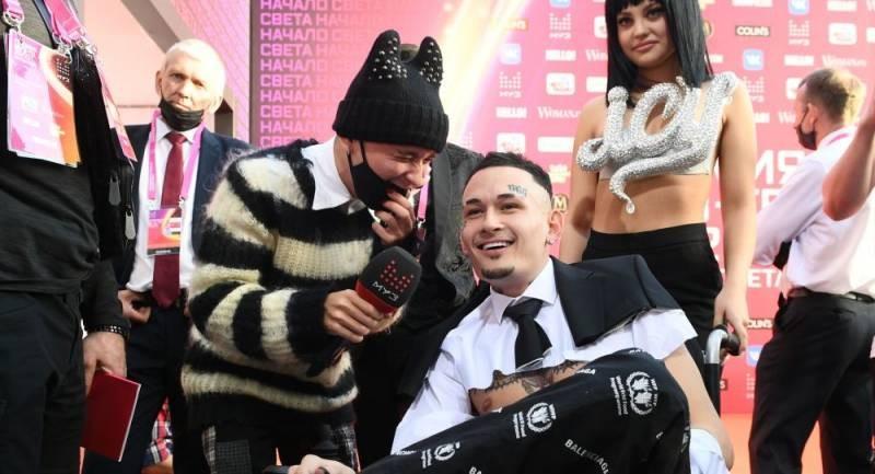Инвалидная коляска не помешала Моргенштерну устроить скандал на «Муз-ТВ»