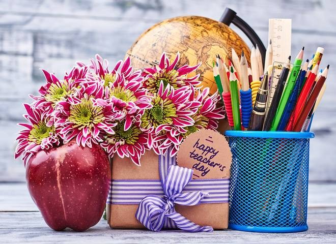 В День учителя 5 октября 2021 года нужно не забыть поздравить виновников торжества