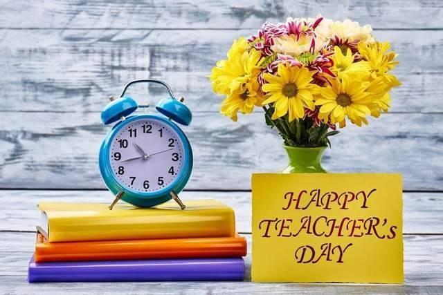 Лучшие варианты подарка на День учителя в 2021 году от класса
